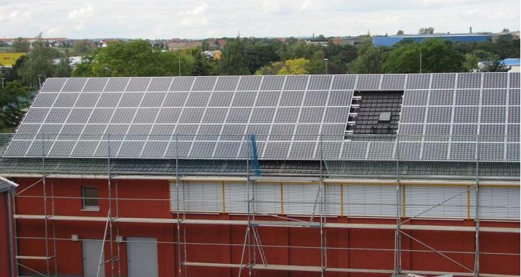Bild 01 - Solaranlage am Sportzentrum Mittelschule Riesa mit einer Leistung von 38 kWp